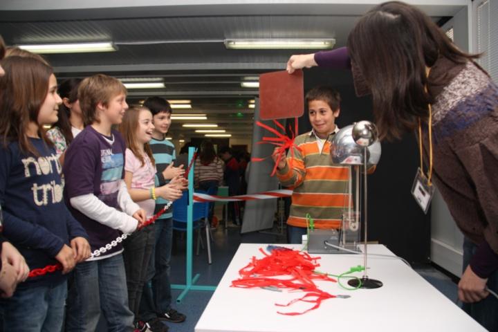 Schüler beim Experimentieren (c) Antonio Zamora, UAB