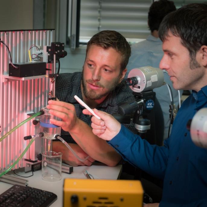 Experimentell extrem aufwändig: Prof. Siebert und sein Team zeigen, wie sich ein Impuls im glatten Muskelgewebe ausbreitet. <br />Foto: Max Kovalenko<br />