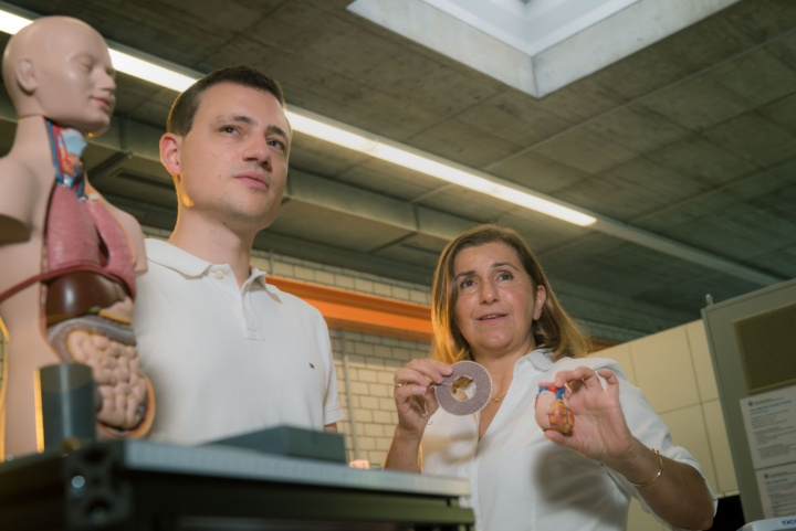 Prof. Nejila Parspour and PhD student Alexander Enssle are developing artificial heart pumps (c) Foto: University of Stuttgart/ Max Kovalenko