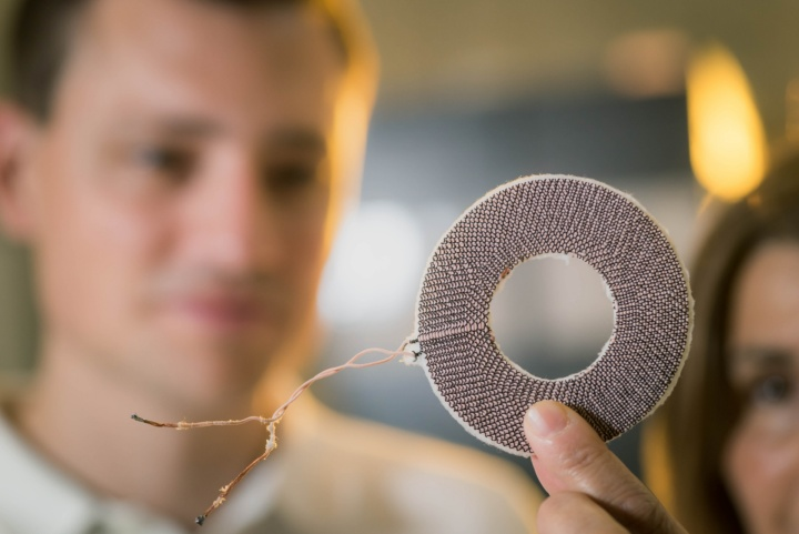 """The """"heart"""" of the pump: the prototype is based on two flat coils with a diameter of about eight centimeters. (c) University of Stuttgart/ Max Kovalenko"""
