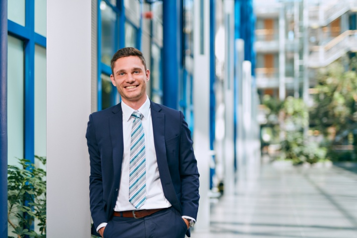 Gazing into the future of medical engineering: product manager and maverick, Alexander Kunze, is pushing the development of artificial intelligence for dialysis machines at Fresenius Medical Care. (c) University of Stuttgart/ Uwe Nölke