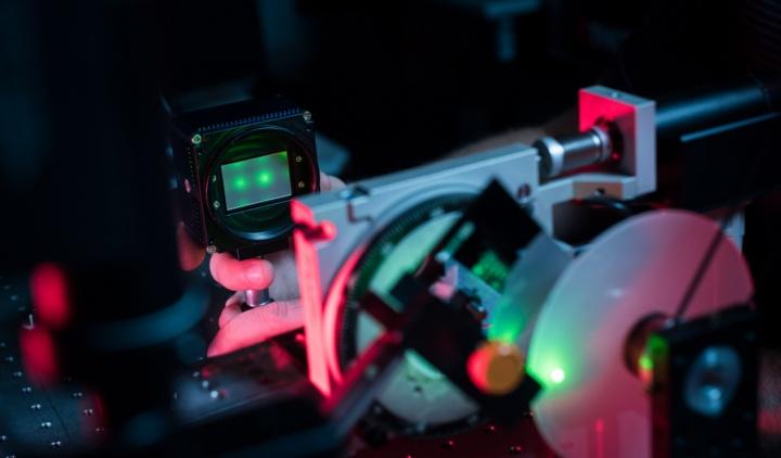 Mit seinem Streuscheibenmikroskop kann Physiker Stephan Ludwig eine bis zu 40-fache Vergrößerung erzielen und so Strukturen bis in den Mikrometerbereich auflösen. (c) Universität Stuttgart/ Max Kovalenko