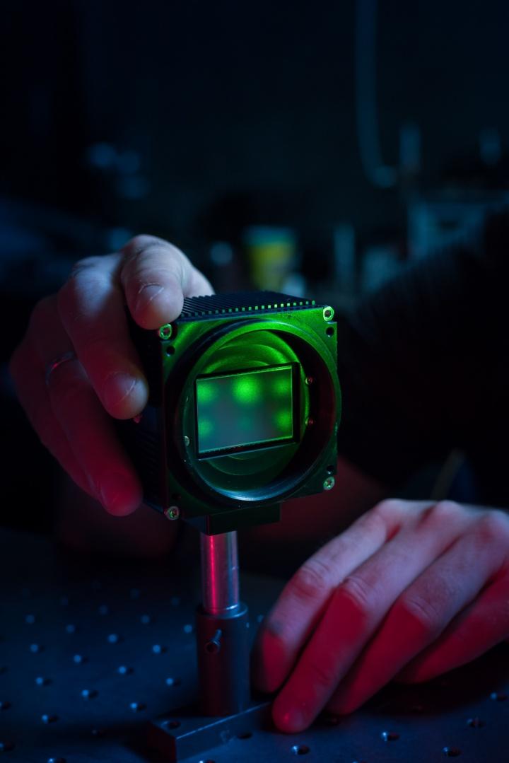 Ein großer Vorteil des Streuscheibenmikroskops gegenüber seinem konventionellen Pendant: Die gewünschte Vergrößerung lässt sich einfach durch das Variieren der Abstände zwischen Kamera, Streuscheibe und Objekt ändern.  (c) Universität Stuttgart/ Max Kovalenko