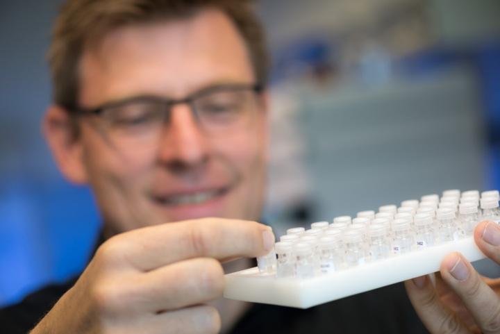Jens Brockmeyer spürt unter den Lebensmittelproteinen die Übeltäter auf, die bei Lebensmittelallergien eine immunologische Reaktion auslösen. (c) Universität Stuttgart/Max Kovalenko