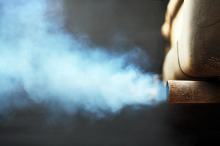 Abgase im Straßenverkehr machen einen großen Teil der Außenluftquellen von Schadstoffen aus (c) Stock/Ingo Bartussek