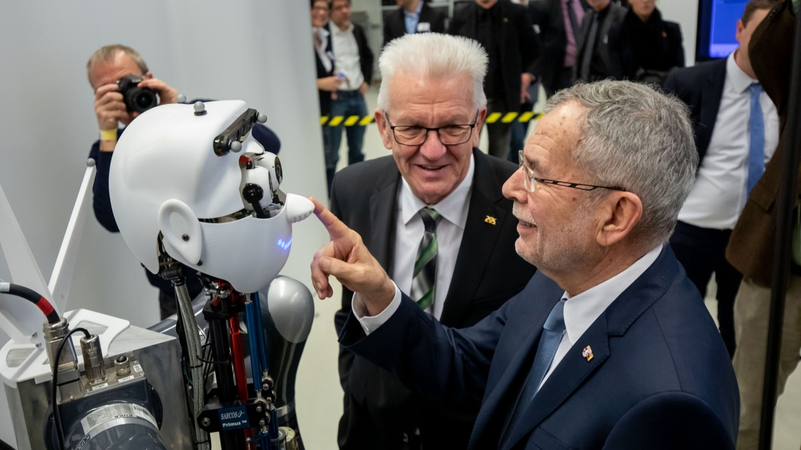 Visit to the Cyber Valley: Minister President Winfried Kretschmann and the Austrian Federal President Dr. Alexander Van der Bellen (r.) with robot Apollo, which was developed at the Max Planck Institute for Intelligent Systems. (c) Ministry of State Baden-Württemberg