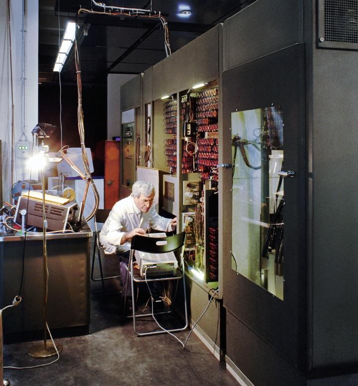 Erfinder Konrad Zuse an einer Zuse-Rechenanlage (c) ZKM Karlsruhe