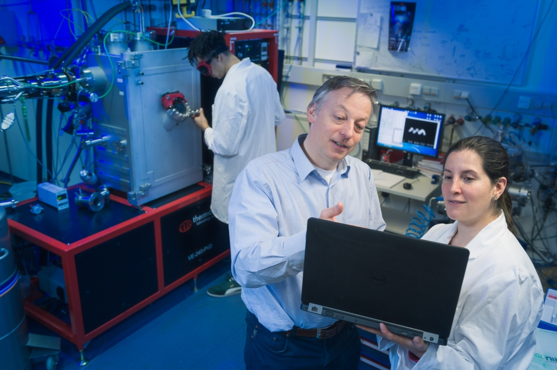 Arbeitsgruppe um Prof. Peer Fischer vor Vakuumanlage (c) Universität Stuttgart/M. Kovalenko
