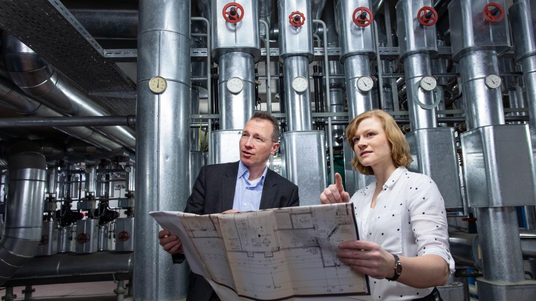 Prof. Kai Hufendiek und Julia Kumm vom IER. (c) Universität Stuttgart/U. Regenscheit
