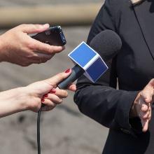 Eine Frau wird interviewt.