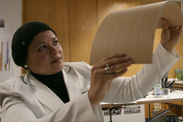 Die ägyptische Architektin Hanaa Dahy erforscht an der Universität Stuttgart recycelbare Faserplatten. (c)