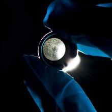 Dieses Bild zeigt Mit Laser erzeugte Mikrobohrungen in einer Düse.