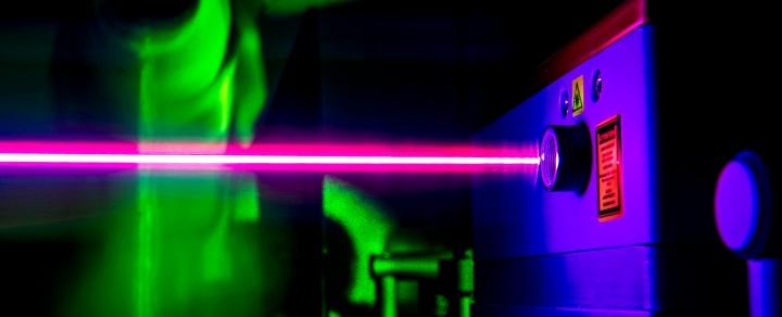 Halbleiterscheibenlaser mit sehr hoher Leistung, entwickelt im Forschungszentrum SCoPE. (c)