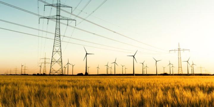 Strommasten und Windräder.  (c) Fotolia