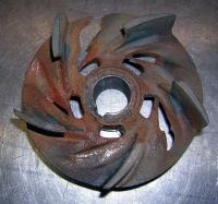 Schäden an einem Pumpenlaufrad, die durch Partikel und Späne in abrasiven Medien verursacht sind.   (Fotos: Institut)