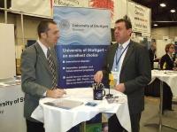 Prof. Manfred Bischoff (rechts) informierte interessierte Nachwuchswissenschaftler auf der Karrieremesse am MIT. (Foto: Uni Stuttgart)