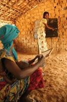 Die Stipendiatin Gracia aus Kindu gibt jungen Müttern Lese- und Schreibunterricht. (Foto: Felix Weth)