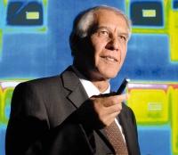 Prof. Shew-Ram Mehra vor der thermographischen Aufnahme einer Wohnhausfassade.  (Foto: Fraunhofer/Bernd Mueller)