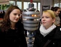 Die Abiturientinnen Friederike Fischer (rechts) und Marissa Willim sind aus Schwäbisch Gmünd angereist, um sich an der Uni Stuttgart zu informieren. (Foto: Eppler)