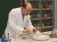 """Jürgen Schmohl (im Bild) unterstützte Prof. Gudat bei seinem Vortrag """"Energie im Wandel"""" mit wirkungsvollen, chemischen Experimenten.  (Bild: Jürgen Flad)"""