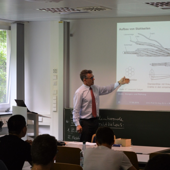 """Prof. Mathias Liewald explains the structure of wires during the lecture """"Forming Technology"""". <br />"""