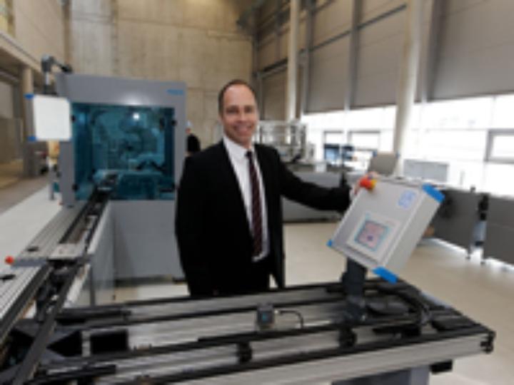 Prof. Bauernhansl in der Lernfabrik des Instituts für Industrielle Fertigung und Fabrikbetrieb (IFF)