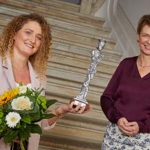 Louisa Fay und Elke Büdenbender. Der 1. Platz der Women's Awards ist mit einer Skulptur des Künstlers Ulrich Eißner und mit 2000 Euro dotiert.  Zeiss