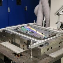 Spritzgußform nach DLIP - Strukturierung. Das Verfahren wurde mit einer Strukturierungsrate von 416 mm2/s auf einer Fläche von etwa 280 x 520 mm2 durchgeführt. Die verwendete DLIP-Optik ist oben rechts zu sehen.  Foto: Universität Stuttgart Universität Stuttgart