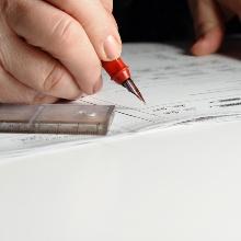 Jemand schreibt mit einem Stift