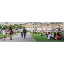 Menschen beim Sommerfest auf dem Schlossplatz in Stuttgart