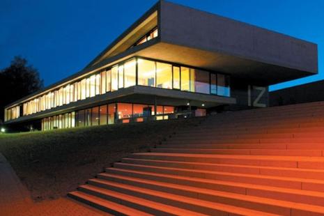 Das Internationale Zentrum bei Nacht