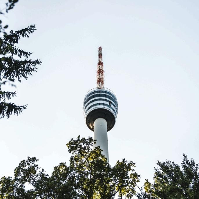 Der Stuttgarter Fernsehturm stellt architektonisch den Beginn einer neuen Ära im Turmbau dar, da er als erster aus Stahlbeton war.