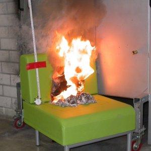 So schnell geht ein Sessel in Flammen auf