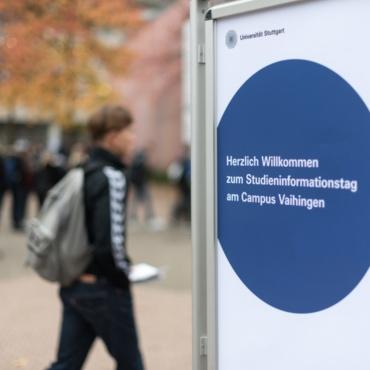 Ein Schüler am Studieninformationstag auf dem Campus Vaihingen der Universität Stuttgart.