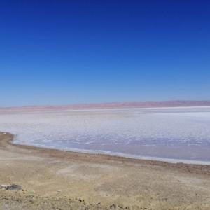 Salzkruste auf der Oberfläche des Salzsees