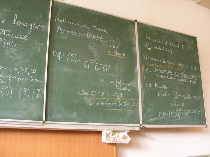 Symbolbild: Eine Kreidetafel, wie sie in klassischen Klassenzimmern hängt. (c) Bernhard Pixler