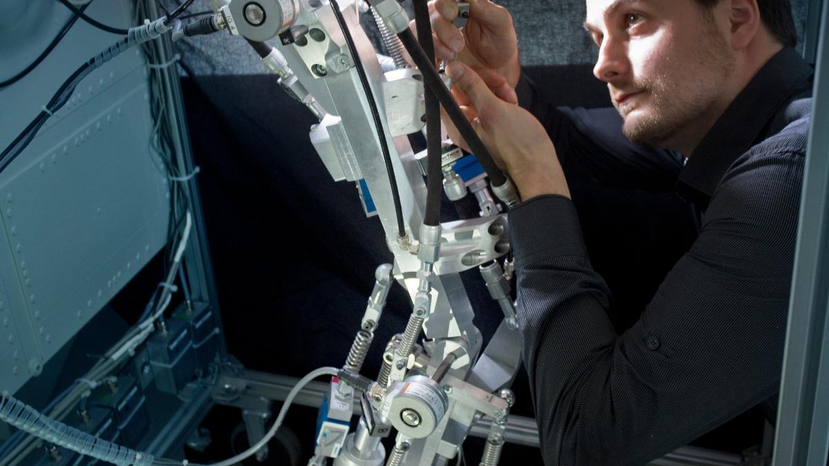 Bau eines bio-inspirierten Roboters mit künstlichen Muskeln.  Uli Regenscheit