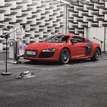 Ein Elektroauto steht vor futuristischem Hintergrund. www.audi-mediaservices.com