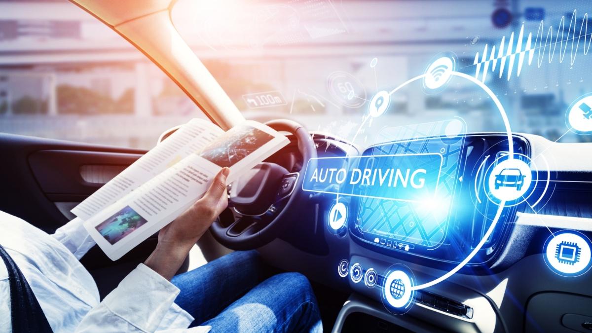 Autonomes Fahren: Während das Auto autonom fährt, kann sich der Passagier mit einem Buch entspannen.  iSTock