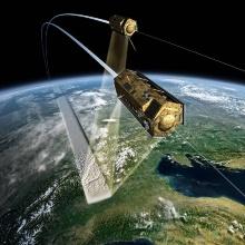 Ein Satellit fliegt in der Erdumlaufbahn