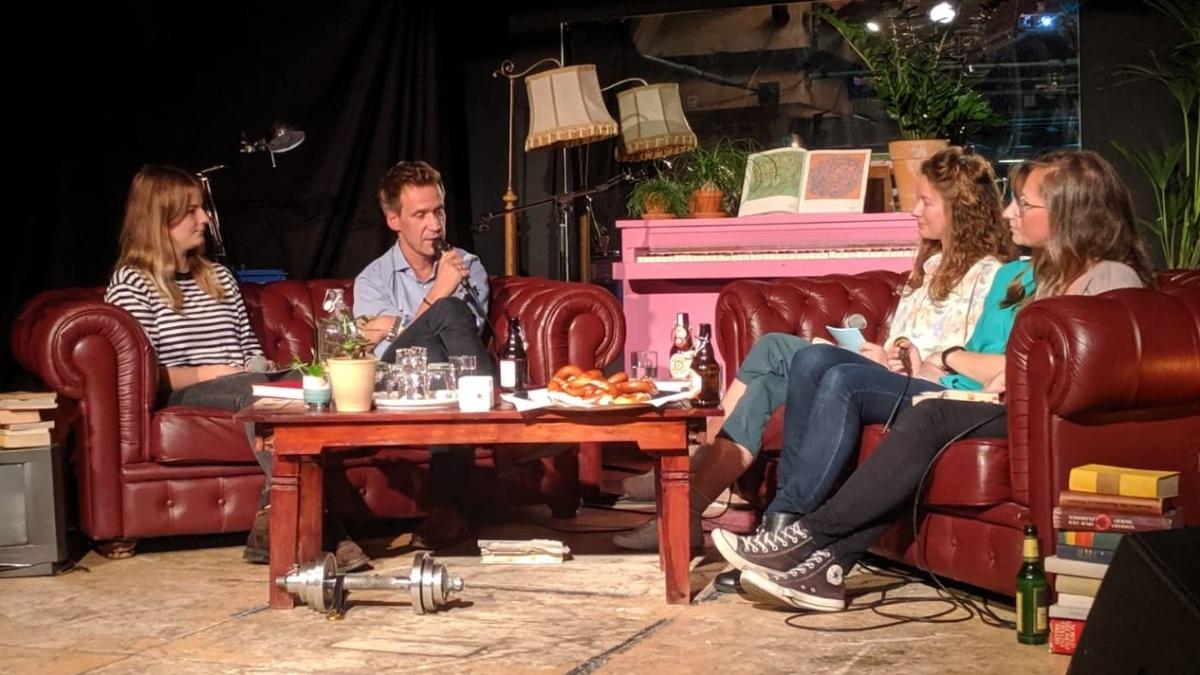 Studentinnen diskutieren mit Literaturkritiker und Autor Volker Weidermann über dessen Werke. Der Abend war Teil eines berufspraktischen Seminars im Masterstudiengang. Foto: Lisa-Sophie Kappel