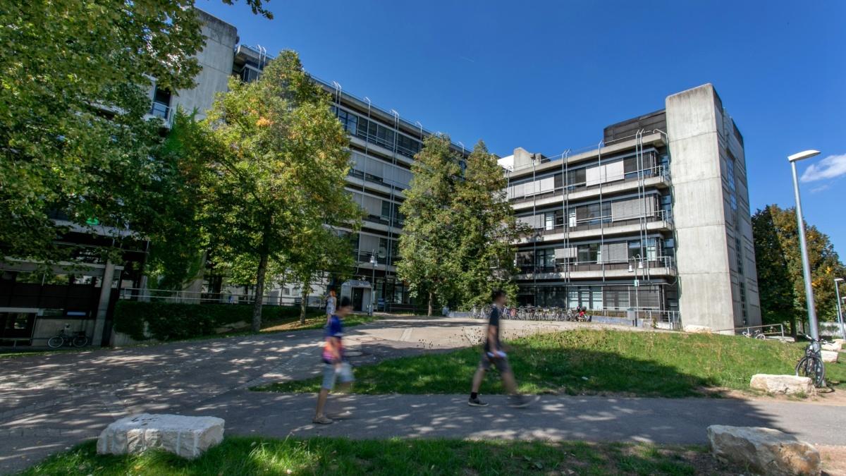 """Campus Vaihingen - Pfaffenwaldring 7 Die Universität Stuttgart verteilt sich auf zwei Hauptstandorte, die durch S-Bahn-Linien verbunden sind: Campus Stadtmitte und Campus Vaihingen (Haltestellen """"Stadtmitte"""" und """"Universität"""")."""