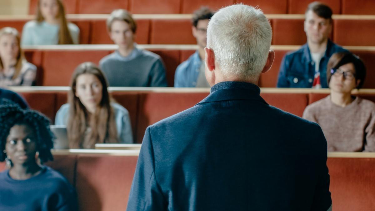 Externe Dozentinnen und Dozenten direkt aus der Praxis ...sorgen für ein zukunftsorientiertes und  abwechslungsreiches Studium. Foto: Gorodenkoff/shutterstock.com