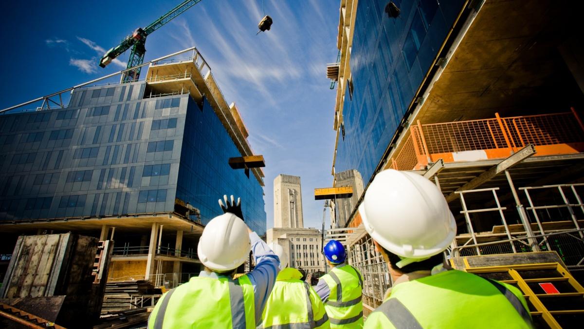 Bei zahlreichen Baustellenexkursionen haben Studierende die Möglichkeit Praxisluft zu schnuppern.   Foto: Ant Clausen/shutterstock.com
