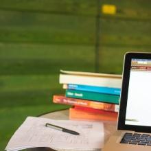 Symbolbild: Laptop und Bücher