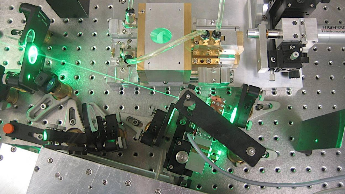 Frequenzverdoppelung in einem Scheibenlaserresonator  Foto: Institut für Strahlwerkzeuge