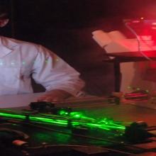 Ein Student im Labor der technischen Optik