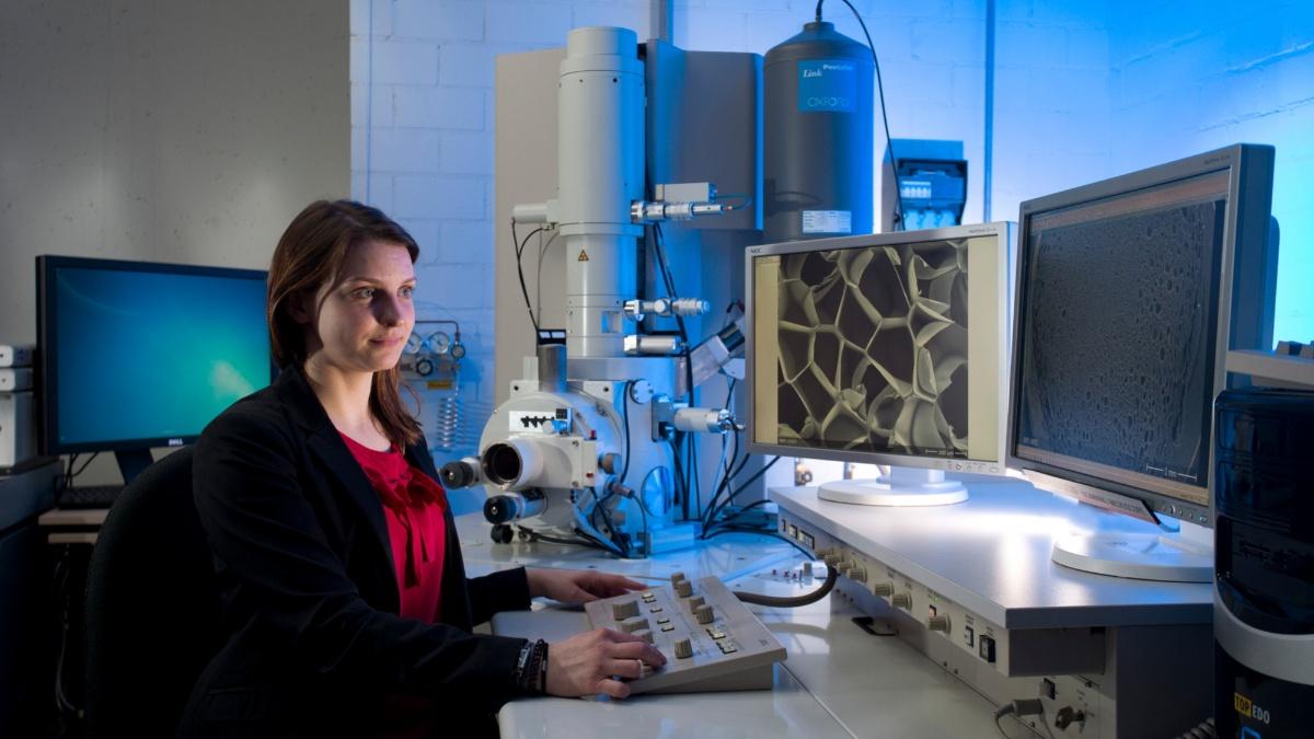 Mikroskopie der Zellstruktur von Polymeren Die Zellstrukturen geschäumter Polymere können mithilfe eines Rasterelektronenmikroskops analysiert werden. Foto: Institut für Kunststofftechnik (IKT)