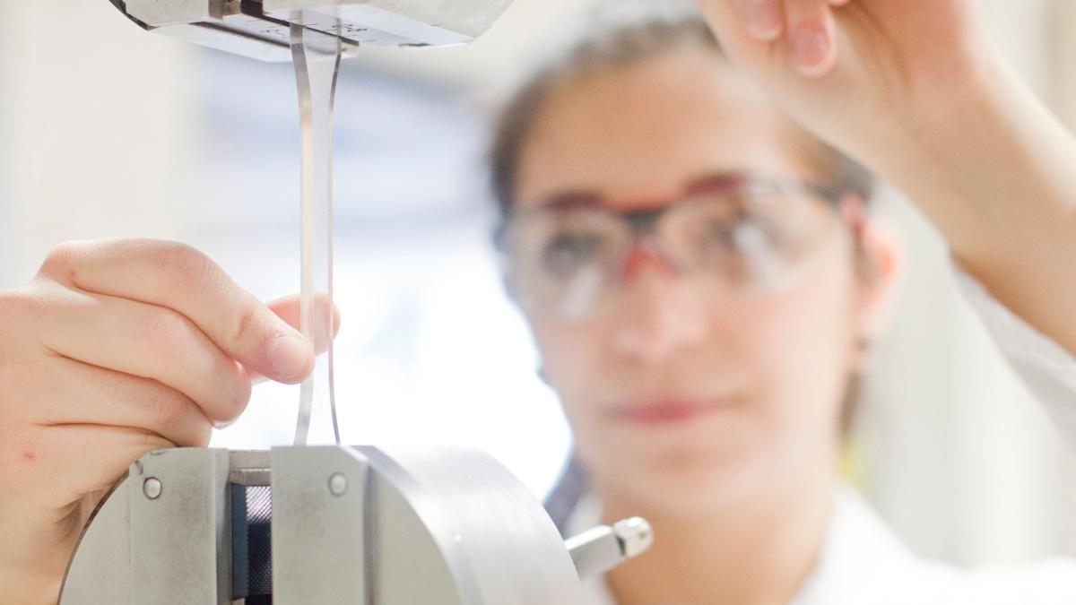 Zugversuch Mit dem Zugversuch einer Standardzugprobe aus Kunststoff werden die mechanischen Eigenschaften ermittelt. Foto: Institut für Kunststofftechnik (IKT)