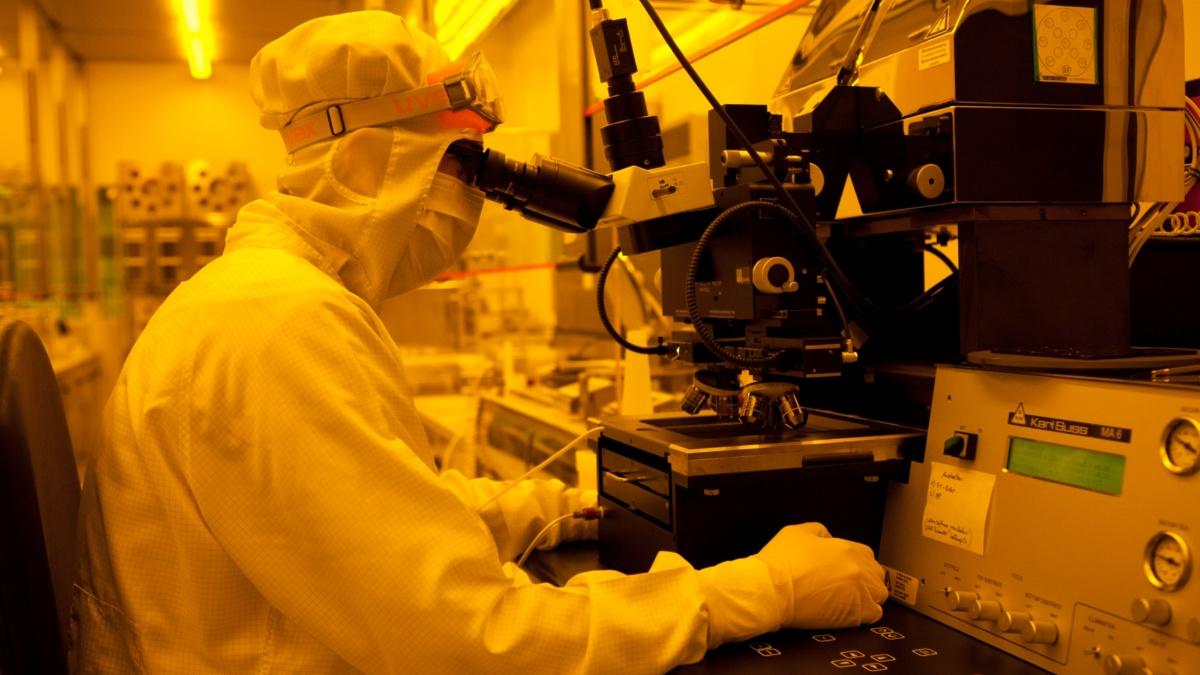 Arbeit im Reinraum am Institut für Großflächige Mikroelektronik (IGM)